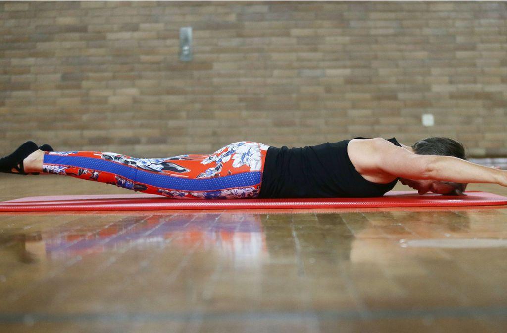 Übung für die Ganzkörperkräftigung: Der  Arm- und Beinheber in der Bauchlage. Foto: Baumann