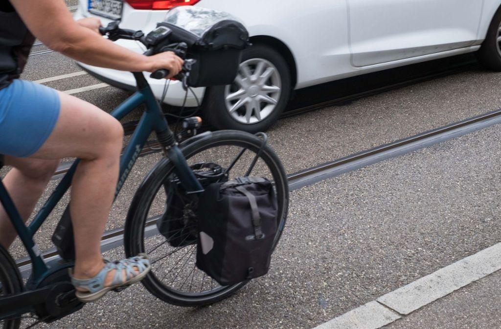 Eine Radfahrerin am Eugensplatz in Stuttgart. Foto: Lichtgut/Max Kovalenko