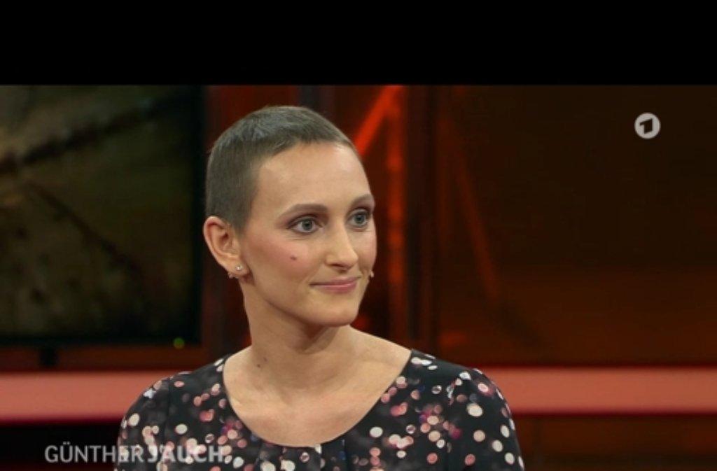 Vor eineinhalb Jahren erfuhr die damals 24-jährige Stuttgarterin Eva Fidler in der 18. Woche ihrer Schwangerschaft, dass sie an Leukämie erkrankt war. Am Sonntagabend sprach Fidler als Gast bei Günther Jauch über die Schockdiagnose und ihren besonderen Ansporn im Kampf gegen den Krebs. Foto: ARD Mediathek / Screenshot