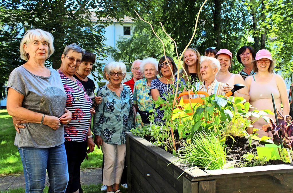 Die Nachbarn freuen sich über ihre gemeinsame Pflanzaktion. Foto: Flüwo
