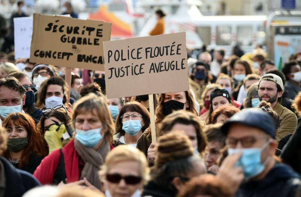 In Frankreich protestieren viele Menschen gegen das geplante Gesetz, das das Filmen von Polizisten im Einsatz erschweren soll. Foto: dpa/Clement Mahoudeau