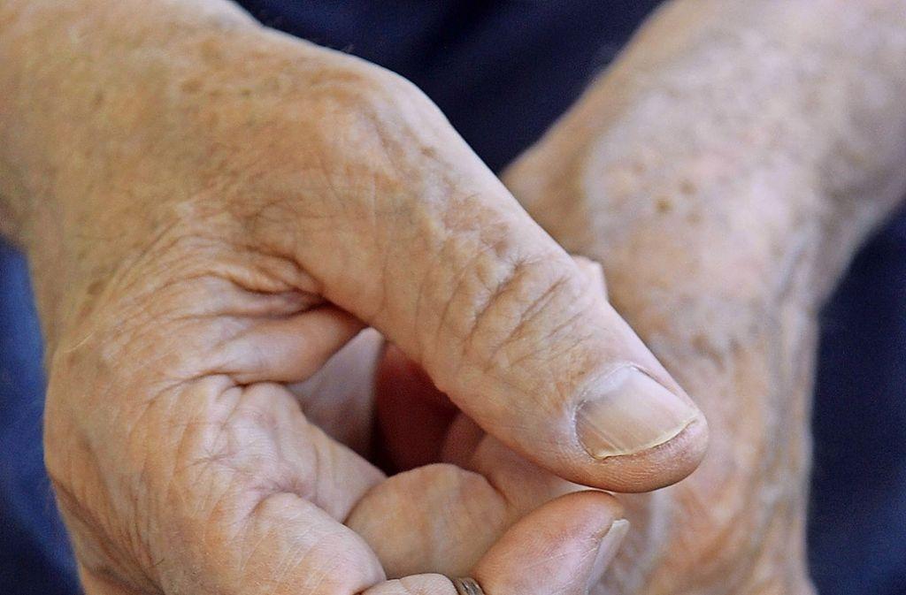 Schon ein kleiner Zettel mit Adresse am Schlüssel kann Demenzkranken helfen. Foto: dpa