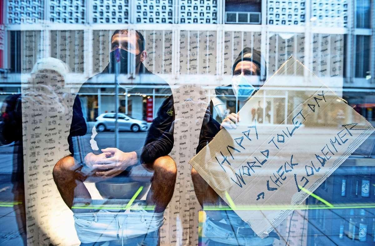 Der frühere Fußballer Kevin Kurányi (links) und Michael Fritz, Mitgründer des Vereins Viva con Agua, haben im Schaufenster der Eberhardhöfe die Hosen runtergelassen. Foto: Lichtgut/Leif Piechowsk