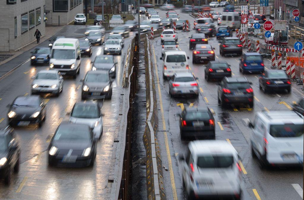 Die Bundestraße 14 – für Fußgänger und Radfahrer ein Hindernis. Foto: dpa