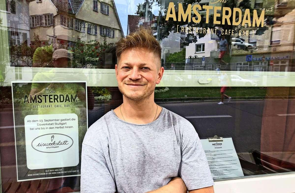 """Eiswerkstatt-Inhaber Sebastian Kern vor der neuen Bleibe, dem """"Amsterdam"""" an der Epplestraße Foto: Tilman Baur"""