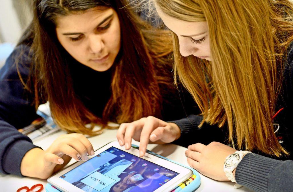Mit speziellen Lernapps für digitale mobile Endgeräte soll der klassische Unterricht ergänzt werden.  Das Lernen könne so  attraktiver werden, hoffen Pädagogen. Foto: dpa