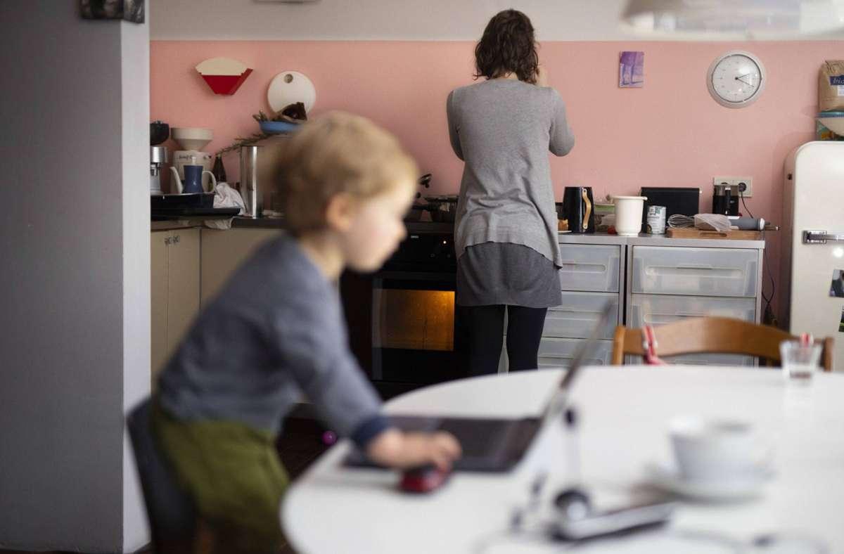 Frauen kümmern sich nach wie vor häufiger um den Haushalt und die Kinderbetreuung als Männer: Schwierig, wenn noch Homeoffice dazukommt. Foto: imago//Ute Grabowsky