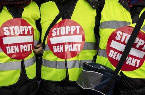AfD geht von Gegenprotesten begleitet auf die Straße