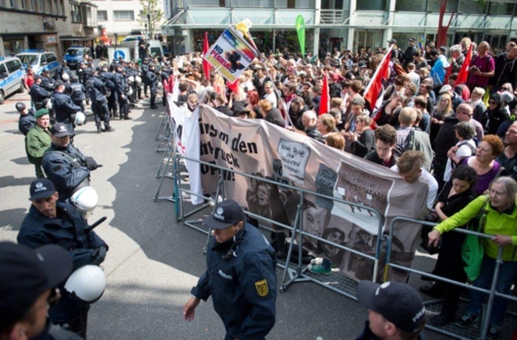 Bei Protesten gegen die Pegida-Demonstration in Stuttgart sind am Sonntag sechs Polizisten verletzt worden. Foto: dpa