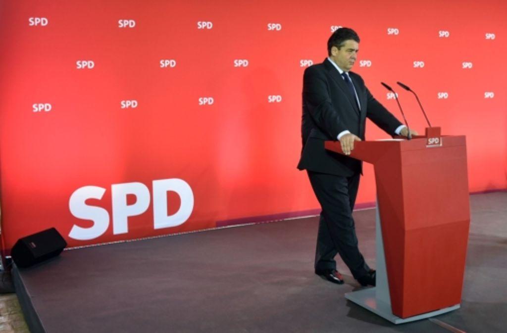 Einsam an der Spitze: Sigmar Gabriel auf einer Pressekonferenz nach der Vorstandsklausur der SPD in Nauen (Brandenburg). Foto: dpa-Zentralbild