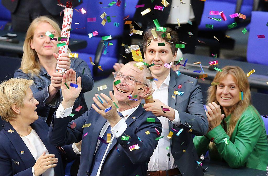Moment des Triumphs: Ehe-für-alle-Aktivist Volker Beck von den Grünen feiert mit Glitzerkonfetti. Foto: dpa