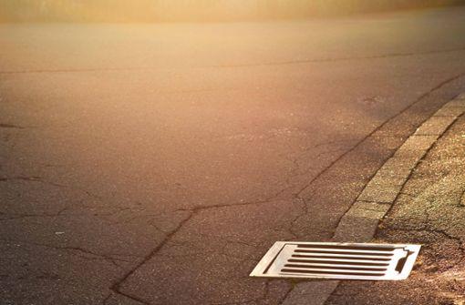 Unbekannte heben Kanaldeckel aus der Straße – Zeugen gesucht