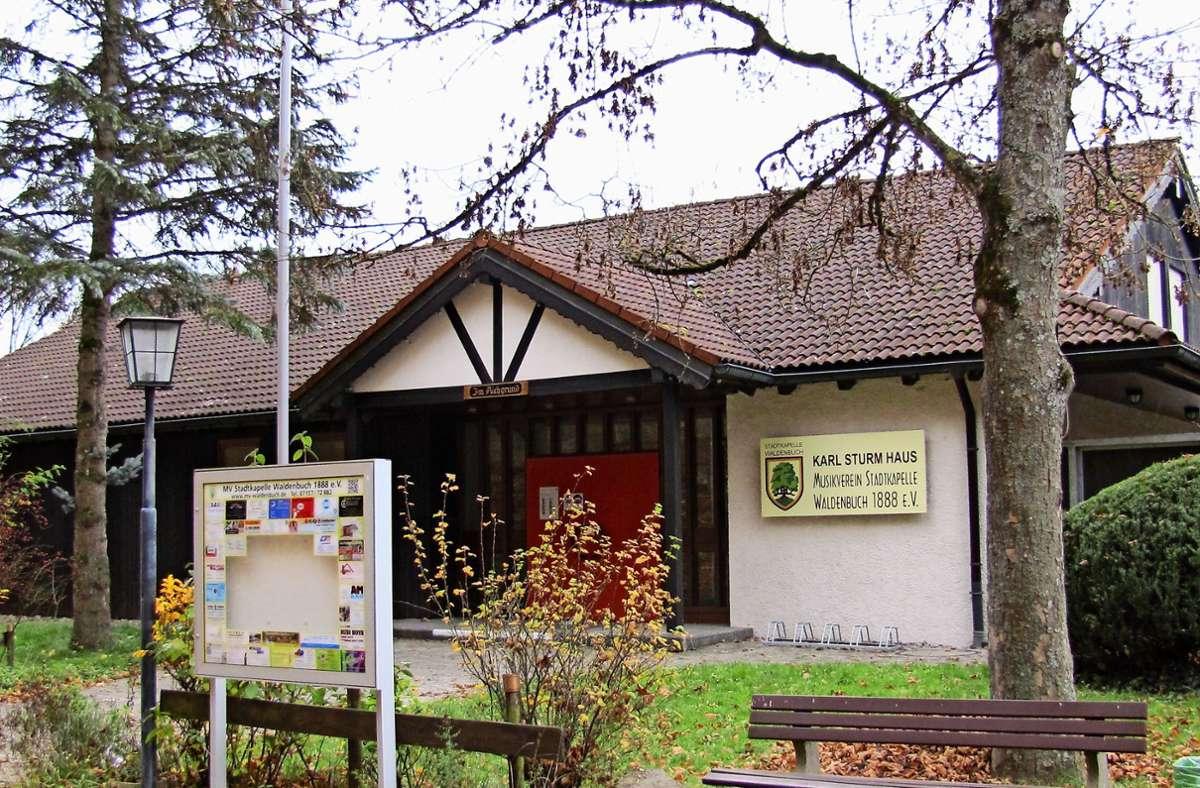 Der Eingangsbereich des  Karl-Sturm-Hauses, das Musikerheim des MV Stadtkapelle Waldenbuch, soll aus Lärmschutzgründen eingehaust werden. Foto: Claudia Barner