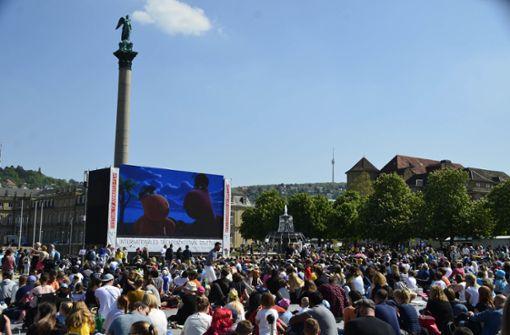 Bestes Wetter lockt die Massen zum Schlossplatz