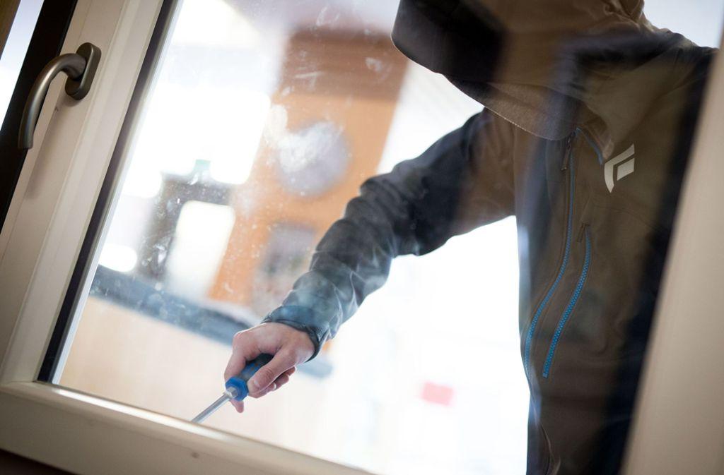 In Stuttgart-Süd sind Einbrecher über ein Fenster  in eine Erdgeschosswohnung eingestiegen Foto: dpa/Frank Rumpenhorst