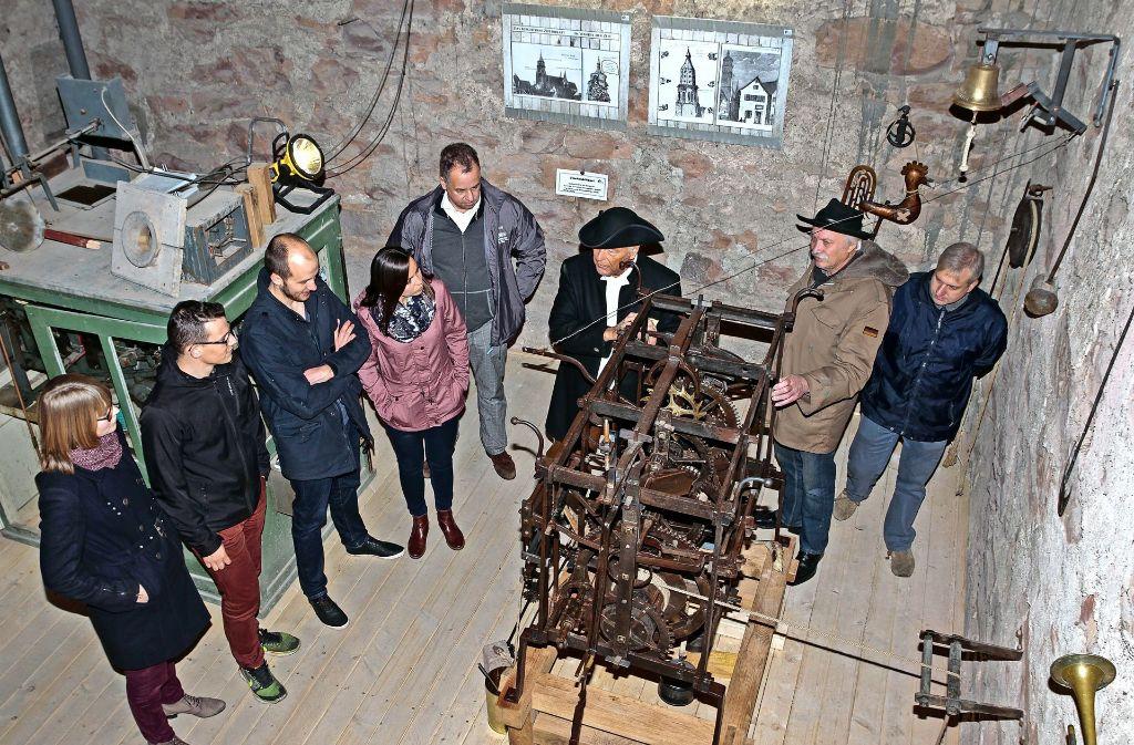 Türmer Willi Bothner (Dritter von rechts) erklärt das historische Uhrwerk im Turm von  St. Peter und Paul. Foto: factum/Bach