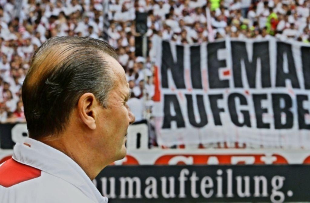 VfB-Trainer Huub Stevens hat das kämpferische VfB-Motto dieser Wochen immer vor Augen. Foto: Baumann