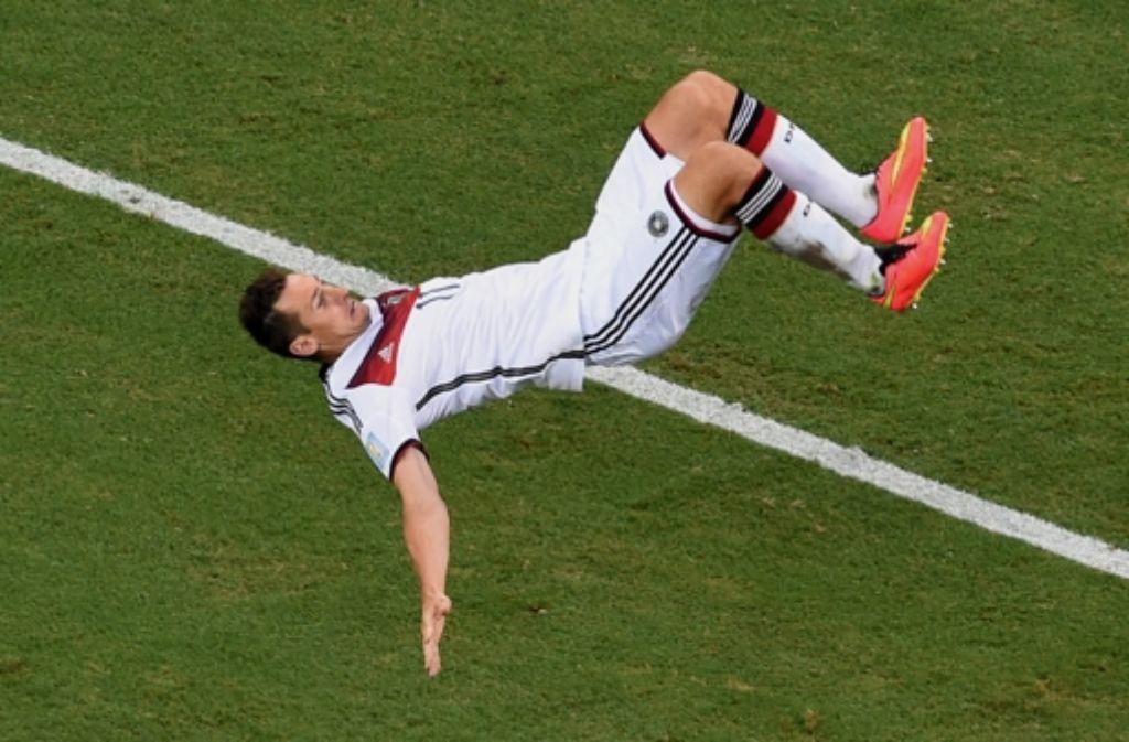 Getroffen – und abgehoben: Miroslav Klose überschlägt sich nach seinem Tor zum 2:2 gegen Ghana vor Freude. Foto: AFP