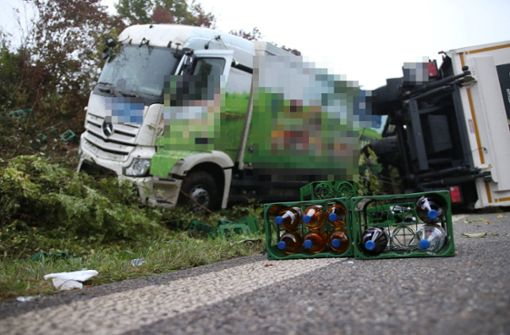 Lkw kippt um und verliert  Getränkekisten – B14 stundenlang gesperrt