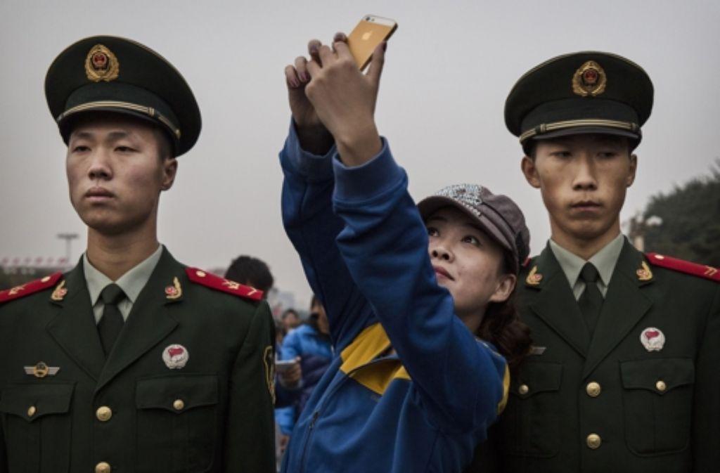 Ein Selfie mit Soldaten am Platz des Himmlischen Friedens in Peking Foto: Getty