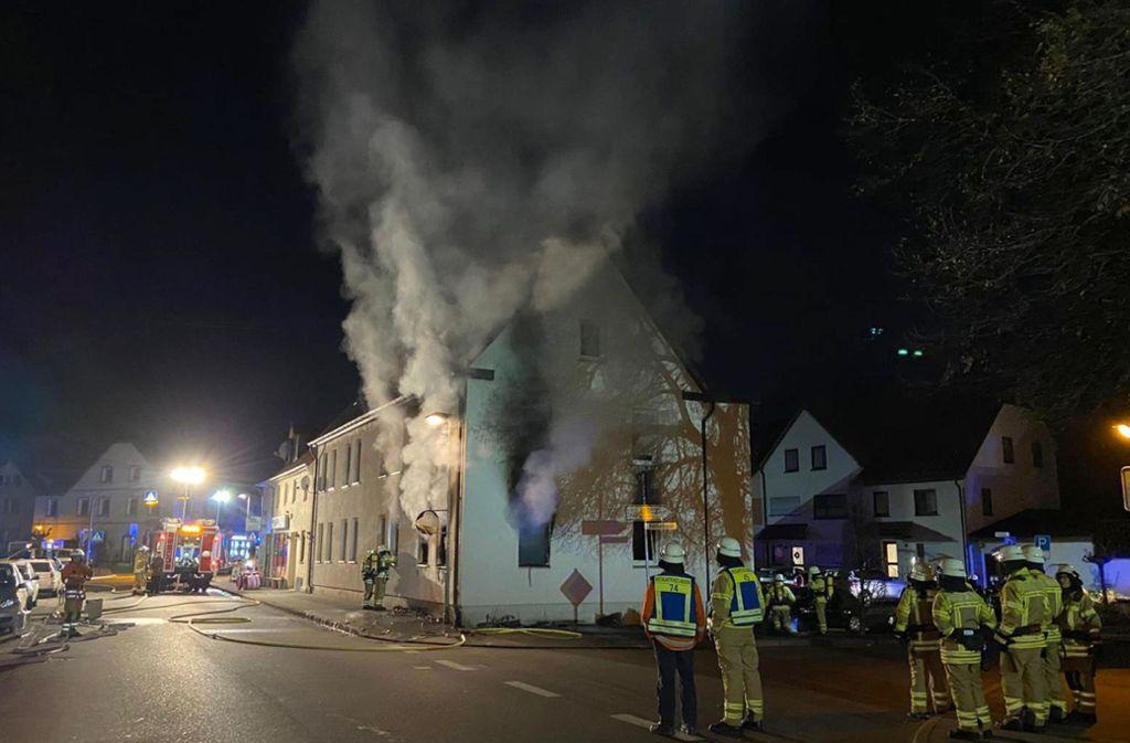 Der Hausbrand in Neckartenzlingen rief ein Großaufgebot der Feuerwehrkräfte auf den Plan. Foto: dpa/SDMG
