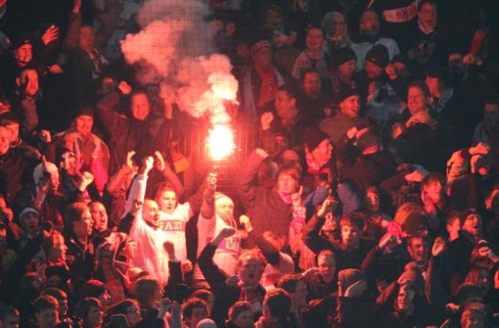 Die Stuttgarter Fans entzünden ein bengalisches Feuer nach dem Treffer für ihr Team gegen Dortmund. Foto: dpa