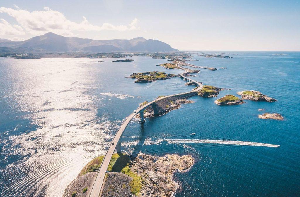Über acht Brücken verbindet die Atlantikstraße mehrere kleine Inseln. Foto: Shutterstock/dmitry tkachenko photography