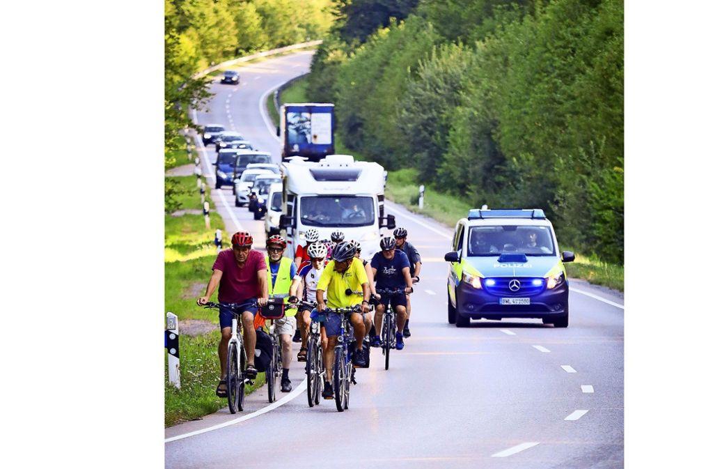 Radeln mit Polizeischutz: Freitags wird für den Radweg demonstriert. Foto: factum/