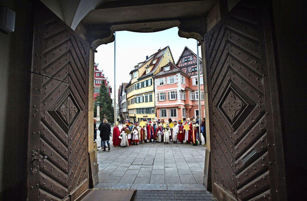 Mit Gesang kamen sie, mit Spenden und Süßigkeiten haben die Sternsinger das Rathaus verlassen. Foto: Ines Rudel