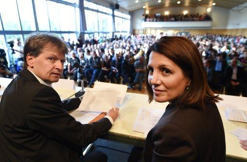Der Landrat des Zollernalbkreises Günther-Martin Pauli (CDU), und  die Integrationsministerin Bilkay Öney (SPD) werben bei der Informationsveranstaltung für die Aufnahmestelle. Foto: dpa