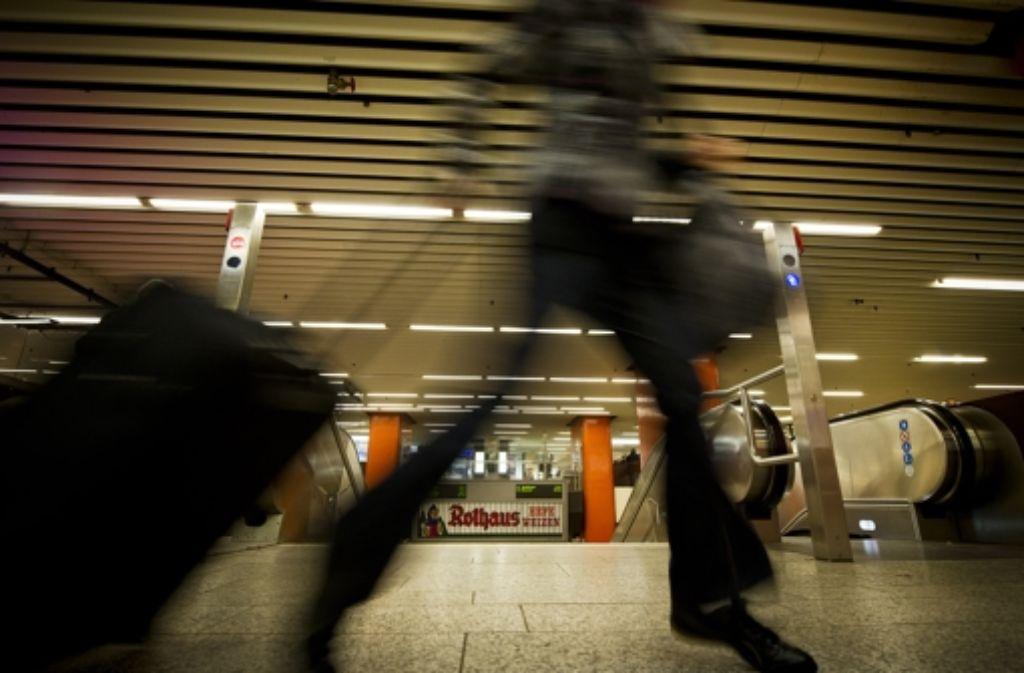 In der Klett-Passage in Stuttgart-Mitte ist eine 23 Jahre alte Frau von vier Unbekannten sexuell belästigt und ausgeraubt worden. Foto: Max Kovalenko