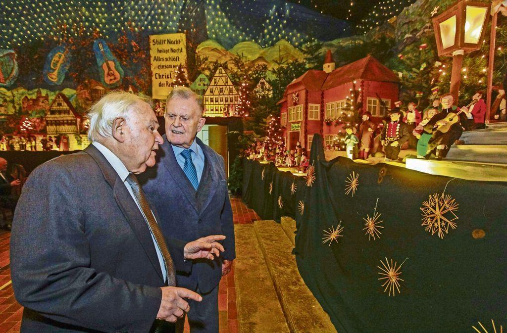 Ministerpräsident a.D. Erwin Teufel lässt sich von Pfarrer Franz Pitzal die Renninger Krippe zeigen. Foto: factum/Bach