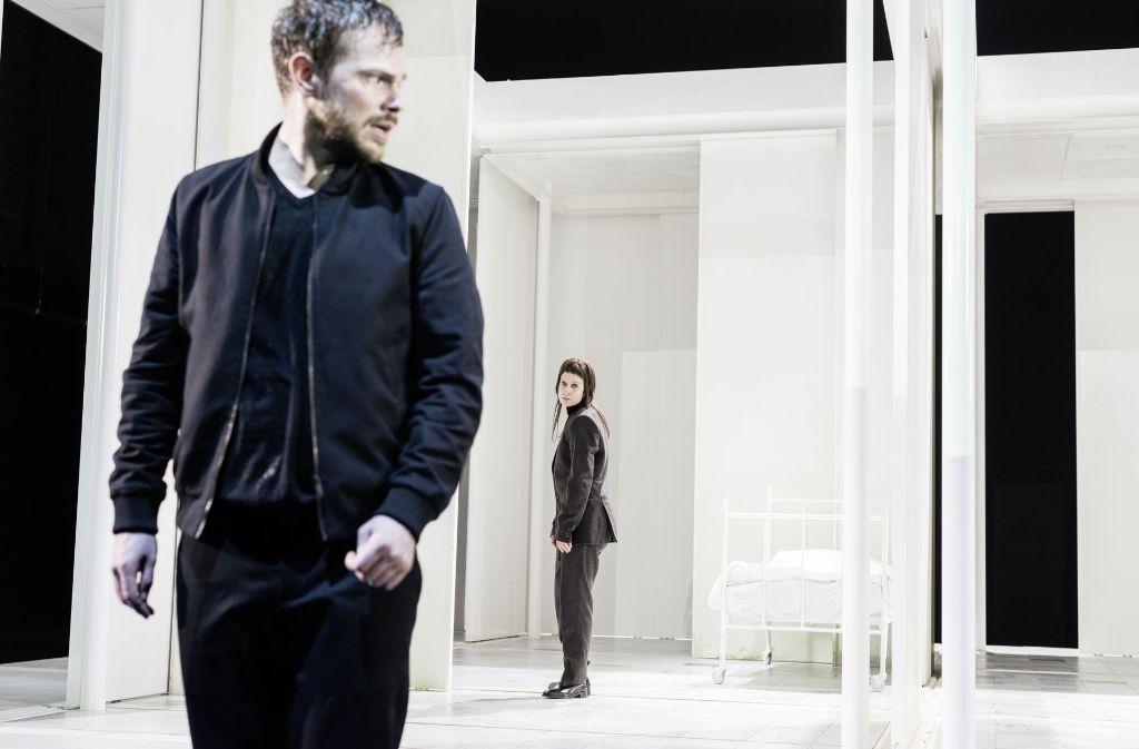 In der Klinik der Verdammten: Paul Grill als Faust und Sandra Gerling als Mephisto Foto: JU