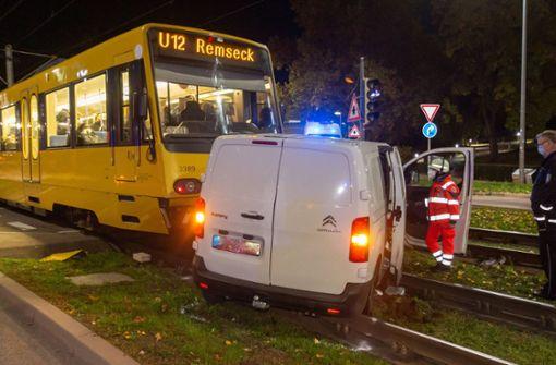 Ein Verletzter bei Zusammenstoß von Stadtbahn und Auto