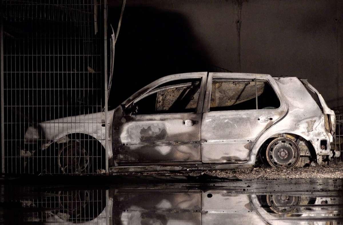 Zwei Autos und fünf Motorräder fielen den Flammen zum Opfer. Foto: 7aktuell.de/Alexander Hald/7aktuell.de | Alexander Hald
