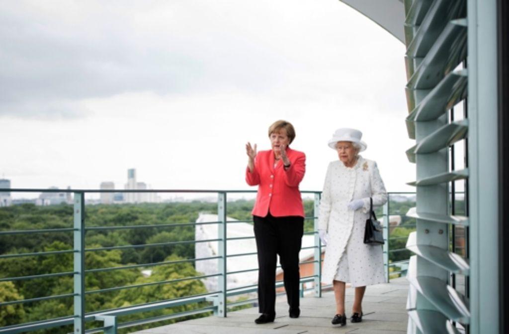 Angela Merkel führt Queen Elizabeth II. im Kanzleramt herum. Foto: Bundesregierung/dpa