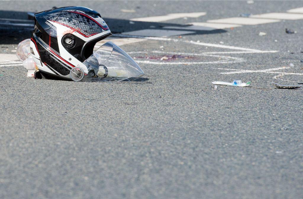 Sonntag, 17. September, 15 Uhr in Heidenheim: Ein Motorradfahrer kracht gegen eine Laterne und wird tödlich verletzt. Ein Fahrradfahrer hält an, filmt das Unfallopfer und fährt seelenruhig weiter – ohne die Polizei zu rufen. Foto: dpa