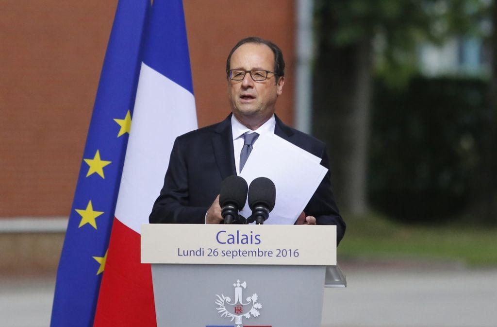 Nach seinem Besuch des Flüchtlingscamps in Calais, hat Hollande angekündigt, das Camp bis Ende des Jahres schließen zu lassen. Foto: dpa