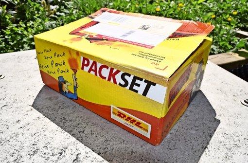 Postboten suchen den Paketkasten vergebens