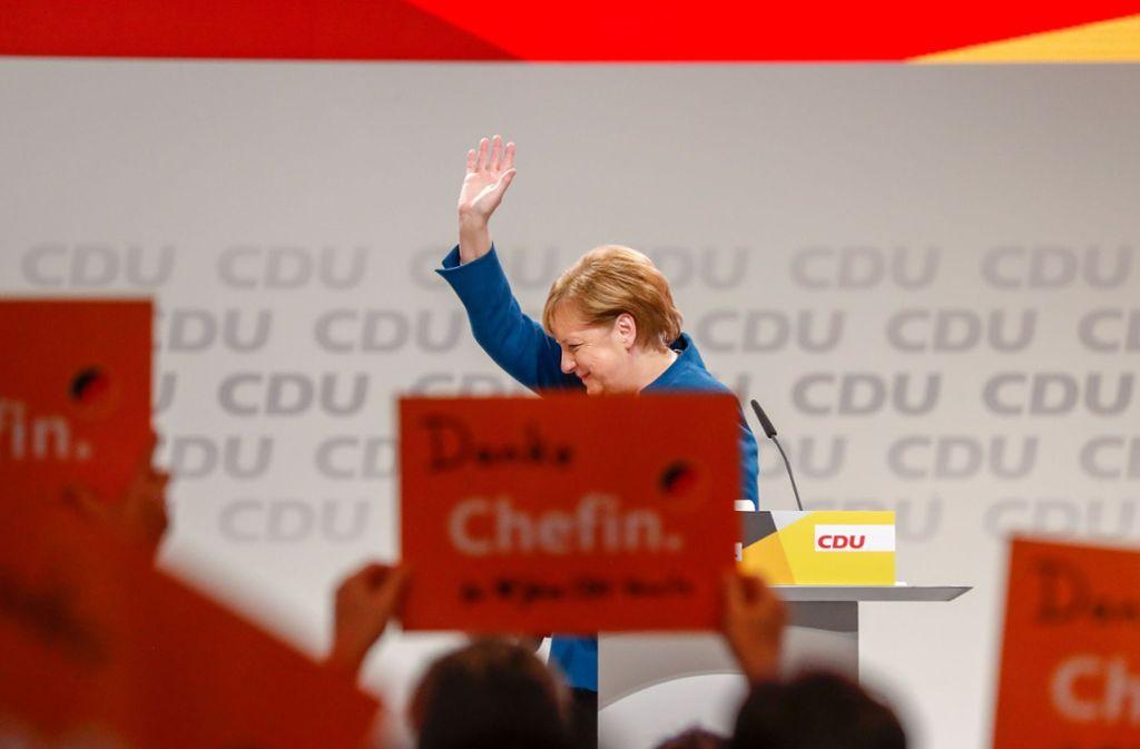 Angela Merkel bedankt sich bei den Delegierten des Hamburger Parteitags für lang anhaltenden Beifall nach ihrer letzten Rede als Parteivorsitzende. Foto: dpa