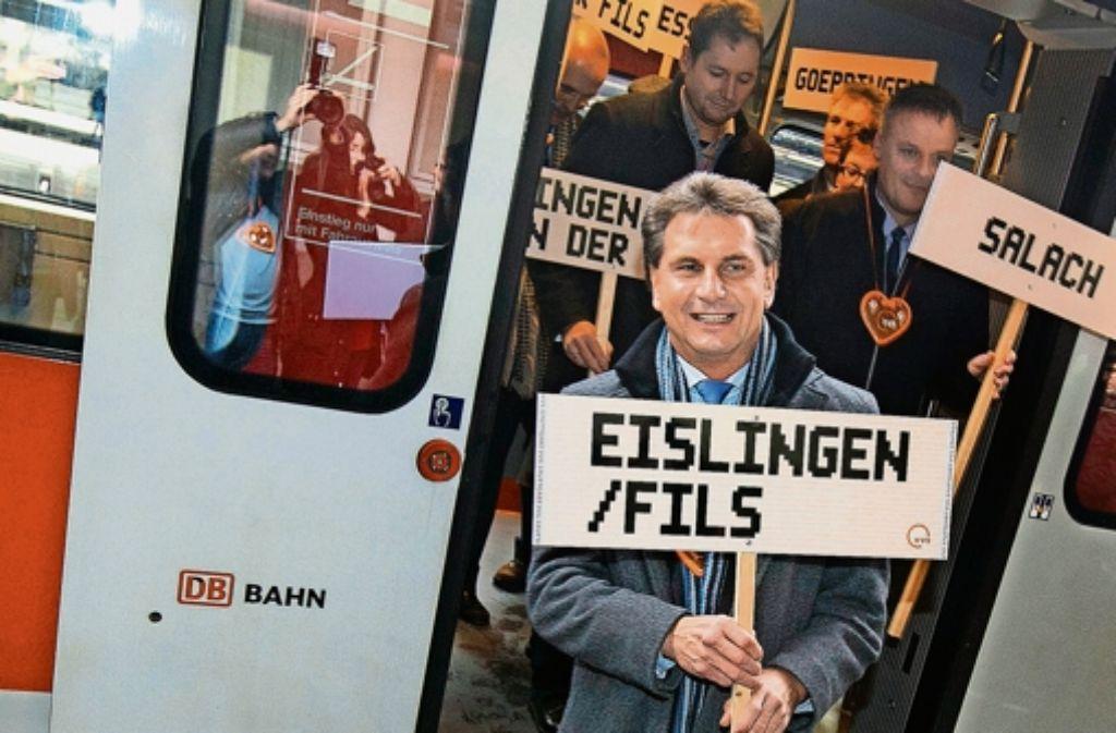 Der Eislinger Oberbürgermeister Klaus Heininger steigt mit seinen Kollegen aus Salach und Gingen zufrieden aus dem Sonderzug. Foto: Horst Rudel