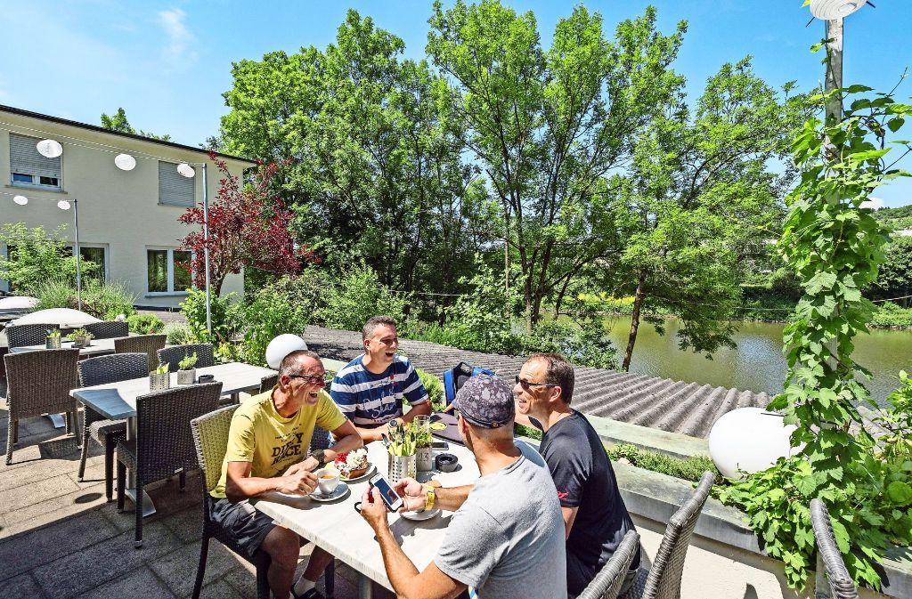 Zum selbst gemachten  Kuchen gibt es im Restaurant GiG – Genuss im Grünen  den Blick auf den Neckar. Foto: factum/Weise, privat