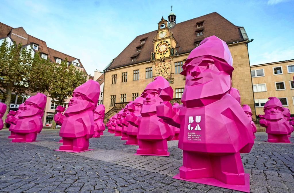Zwergenaufstand: die Buga-Karls vor ihrer Aussendung als Werbefiguren werden vor dem Heilbronner Rathaus präsentiert. Foto: Buga GmbH
