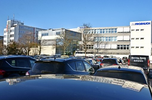 Viele Arbeitnehmer fahren jeden Tag mit dem Auto zu ihrem  Arbeit   splatz in L.-E. (im Bild der Pendler-Parkplatz beim Jugendhaus Areal in Leinfelden). Viele Beschäftigte wünschen sich laut einer Befragung aber einen attraktiveren öffentlichen Nahverkehr. Foto: Norbert J. Leven