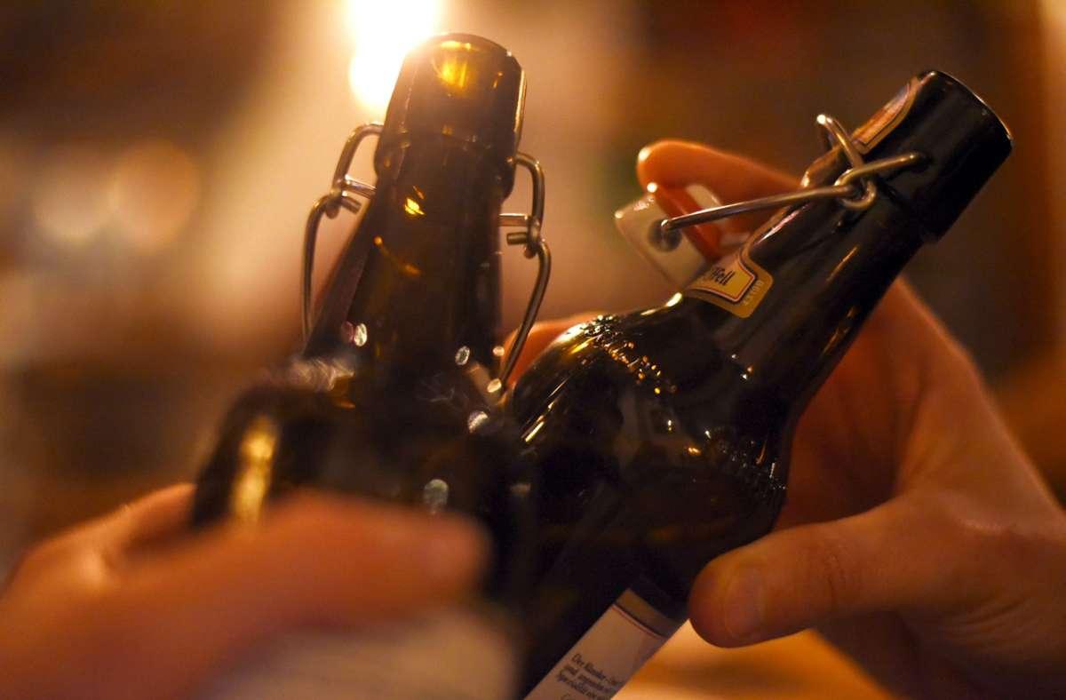 Wer anprostet, macht das häufig mit nach dem Reinheitsgebot gebrautem Bier. Aber das sagt nichts über die Qualität der Zutaten aus. Foto: dpa/Angelika Warmuth