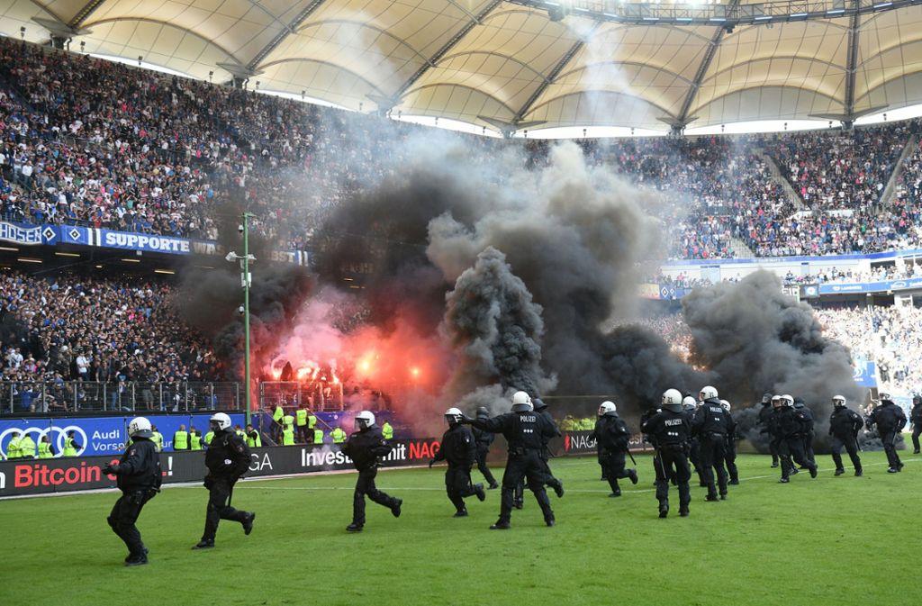 Die Partie gegen Borussia Mönchengladbach musste wegen Polenböllern, Bengalischen Feuern sowie Rauchbomben unterbrochen werden. Foto: dpa