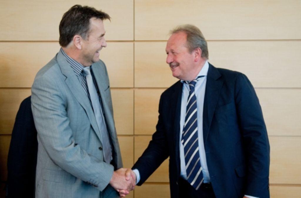 Thomas Böhle, Chef der kommunalen Arbeitgeberverbände (links), und der Verdi-Vorsitzende Frank Bsirske machen endgültig ihren Frieden in der Tarifauseinandersetzung. Foto: dpa