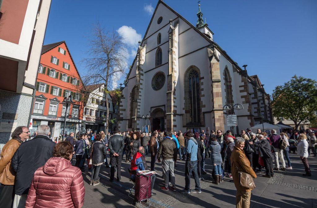 650 Bad Cannstatter standen am Reformationstag rund um ihre Stadtkirche. Foto: Lichtgut/Julian Rettig