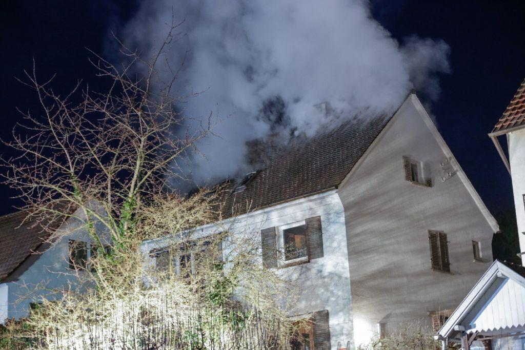Der Dachtstuhl des Hauses wurde bei dem Brank komplett zerstört. Die Feuerwehr war mit einem Großaufgebot vor Ort. Foto: www.7aktuell.de | Frank Herlinger