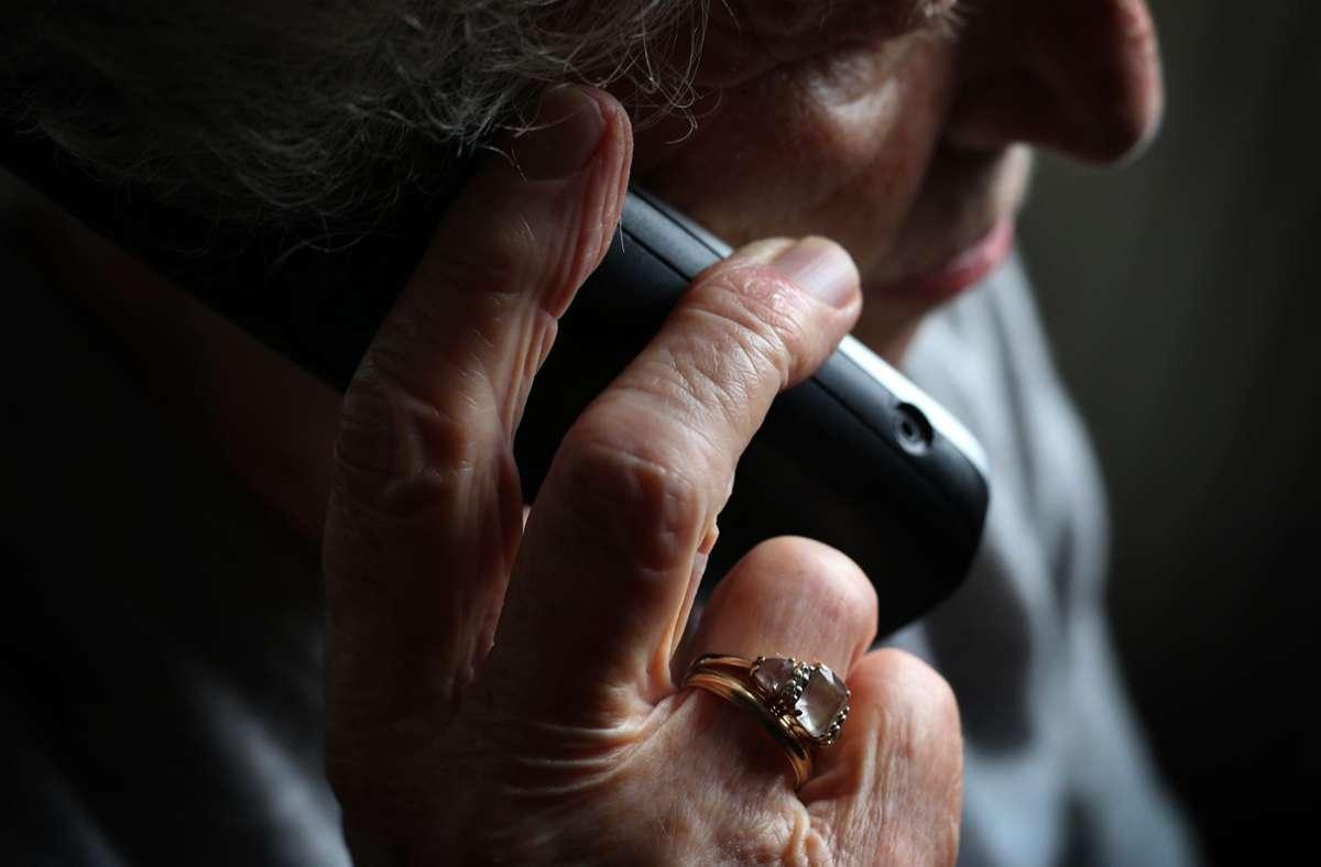 In Wendlingen konnte gerade noch rechtzeitig verhindert werden, dass eine Seniorin einen großen Geldbetrag verliert (Symbolfoto). Foto: picture alliance/dpa/Karl-Josef Hildenbrand